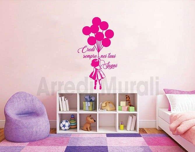 adesivo da parete bambina con palloncini e frase