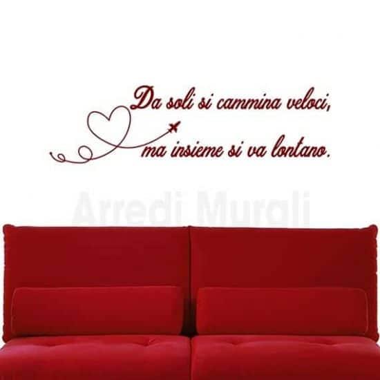 """Adesivi murali frase """"Da soli si cammina veloci,ma insieme si va lontano"""" rosso"""