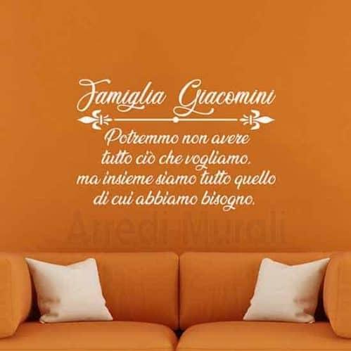 adesivi da parete frase famiglia personalizzata con cognome colore bianco