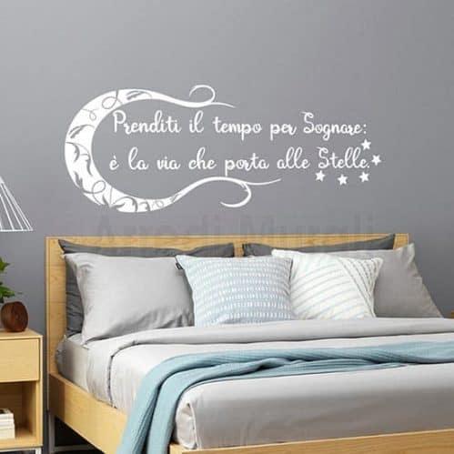 adesivi murali frase sognare con disegno di luna e stelle che ne completano la decorazione murale colore bianco