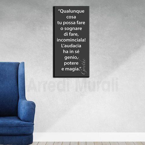 Quadro moderno frase Goethe sfondo nero scritta bianca disposto in verticale