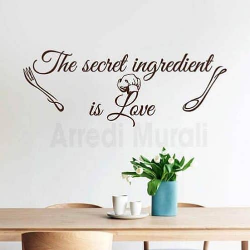 stickers cucina con frase in inglese the secret ingredient is love e due diesegni di posate sui lati della frase