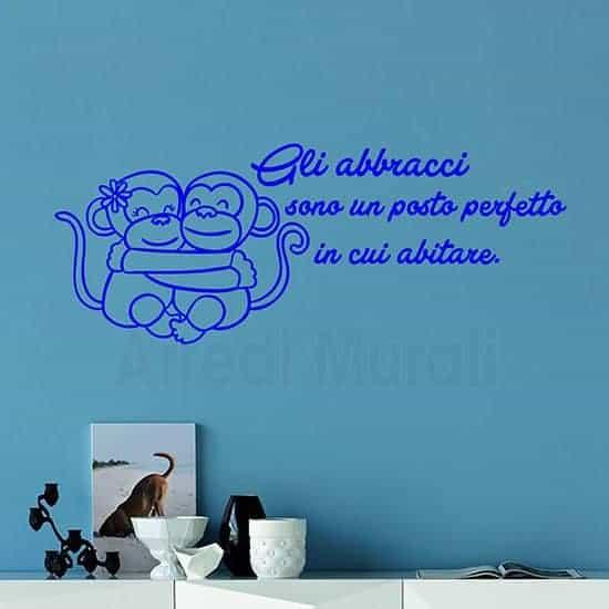 Adesivi murali frase abbracci con 2 scimmiette che si abbracciano