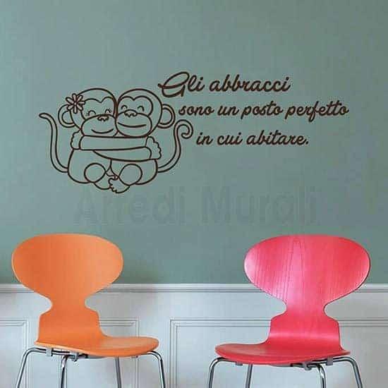 Adesivi murali frase abbracci con 2 scimmiette abbracciate
