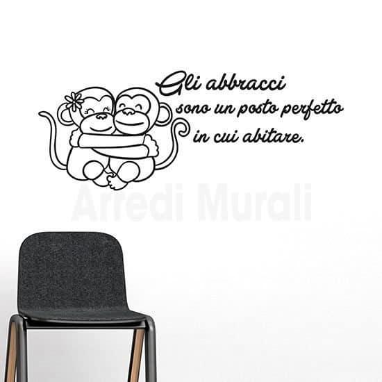 Adesivi murali frase abbracci con due tenere scimmiette abbracciate