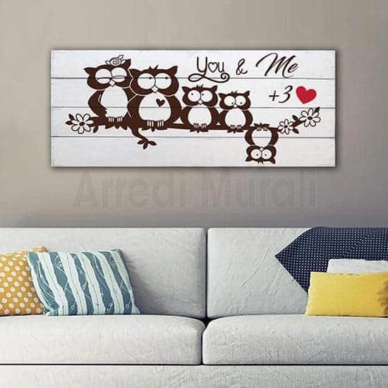 Shabby chic decorazione in legno sfondo bianco e disegno di gufetti marrone