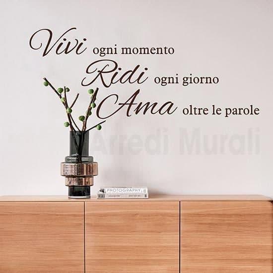 Stickers murali scritte adesive Vivi Ridi Ama marrone