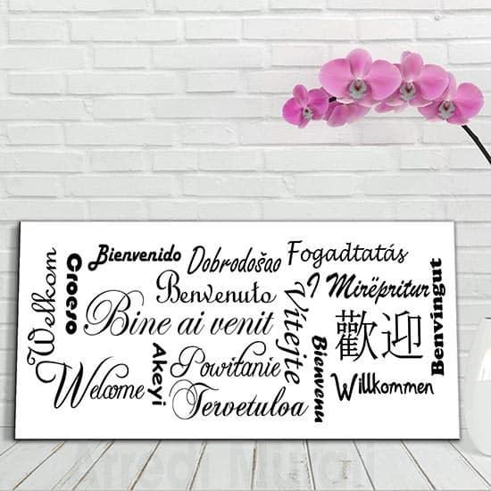 Quadro con scritte benvenuto in tante lingue del mondo