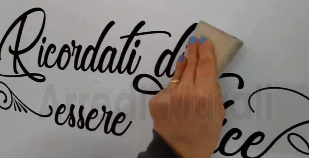 applicazione adesivi murali sulla parete terminata