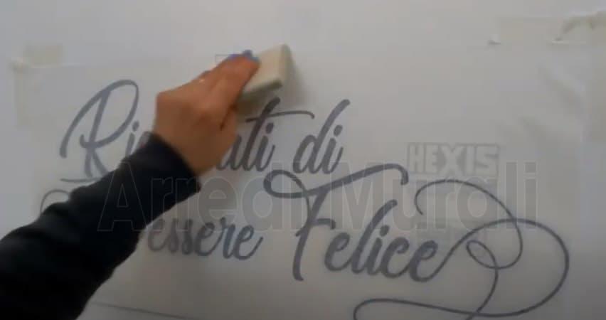 fissare gli adesivi murali sulla parete