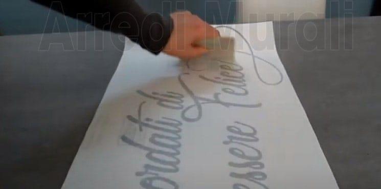 aprire l'adesivo murale per prepararlo all'applicazione