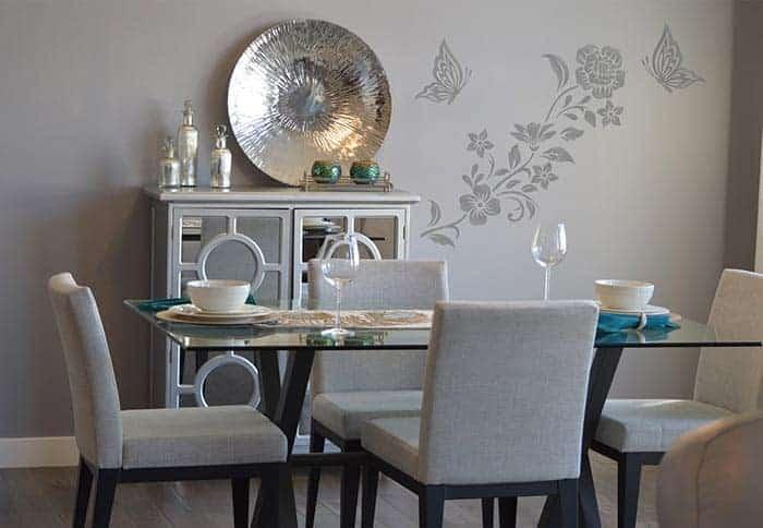 parete del soggiorno con adesivi murali